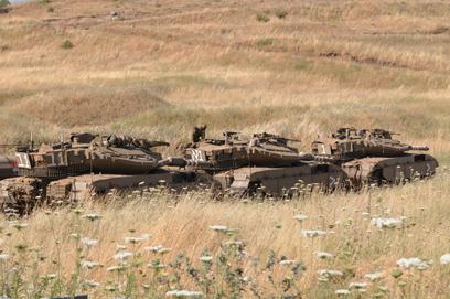 טנקים ישראלים בגבול (צילום: אביהו שפירא)