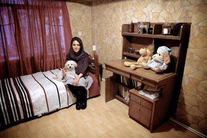 מעכשיו רק בבית. איראנים עם כלביהם             (צילום: AFP)
