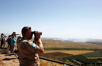 """פקחי האו""""ם צופים בקרבות בקונייטרה (צילום: רויטרס)"""