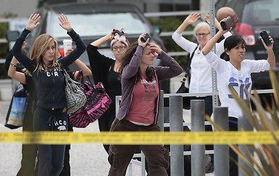 """""""לא בטוחים אם הוא פעל לבד"""". רגעים אחרי הירי בספריה (צילום: MCT)"""