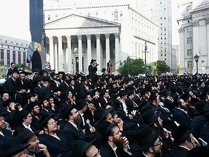 """לקראת ההפגנה הופק עלון תחת הכותרת """"רוע הגזירה"""" (צילום: אהרן מייער, """"חדשות  24"""")"""