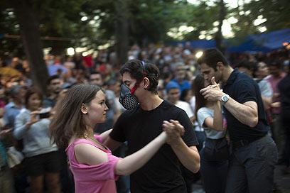 רוקדים במסכות גז בפארק גזי (צילום: Gettyimages)