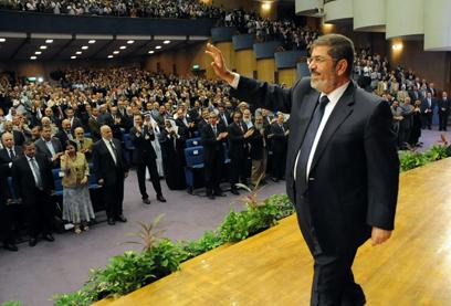 """""""שאריות המשטר הישן שילמו לבריונים לתקוף את תומכיי"""". מורסי (צילום: AFP, EGYPTIAN PRESIDENCY)"""