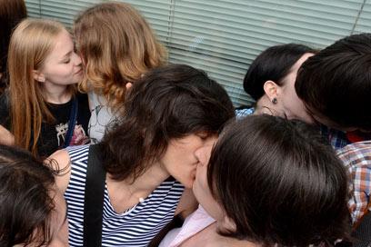 """מחאת הנשיקות. """"באתי לתמוך בזכות לאהוב את מי שאתה רוצה"""" (צילום: AFP)"""