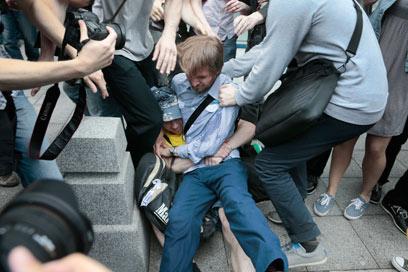 עימותים בצהריים ליד הפרלמנט הרוסי (צילום: AP)