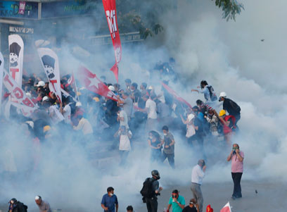 המפגינים מותקפים בגז מדמיע, שלשום (צילום: רויטרס)