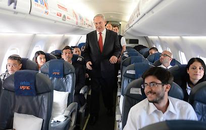 """נתניהו במטוס בדרך לפולין (צילום: קובי גדעון, לע""""מ)"""