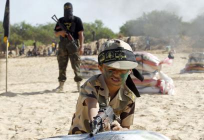 היום בחולות הרצועה: ילדים מתרגלים ירי  (צילום: AFP)