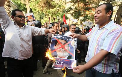תמונת מורסי עולה באש בקהיר (צילום: EPA)