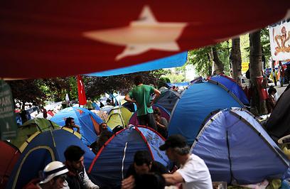 אוהלים בפארק גזיף לפני הפינוי (צילום: AFP)
