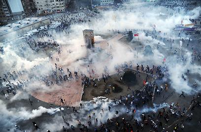 גז מדמיע בכיכר (צילום: AFP)