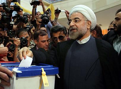 היורש של אחמדינג'אד? רוחאני מצביע (צילום: AFP)