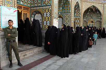 נשים בכניסה לקלפי (צילום: AP)