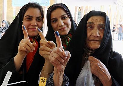 הצבעתי! אצבעותיהן המוכתמות של נשים שכבר הצביעו (צילום: EPA)