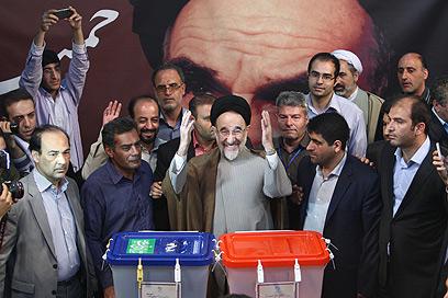 נשיא איראן לשעבר חאתמי מצביע (צילום: AFP)