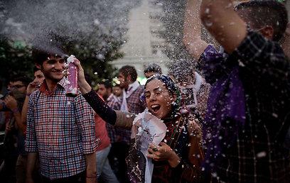 תומכי רוחאני חוגגים באיראן אחרי פרסום התוצאות (צילום: AFP)