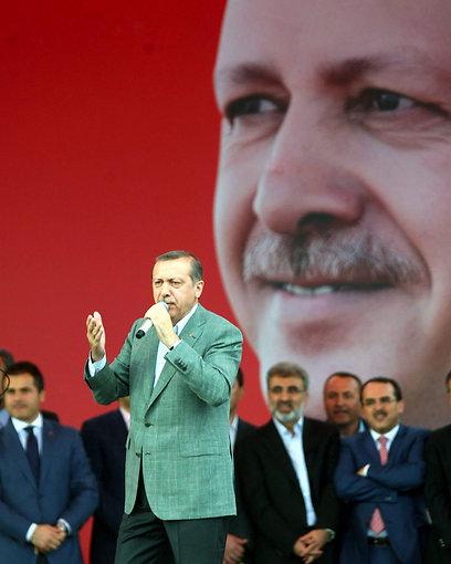 ארדואן בעצרת תמיכה בו לאחר הפינוי. רק רמז לכסף יהודי (צילום: AFP)
