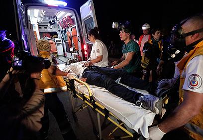 מפגין נפצע ופונה  (צילום: EPA)