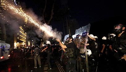 כוחות משטרה נגד מפגינים (צילום: EPA)