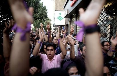 איראנים תומכי רוחאני חוגגים את ניצחונו בבחירות (צילום: AFP)