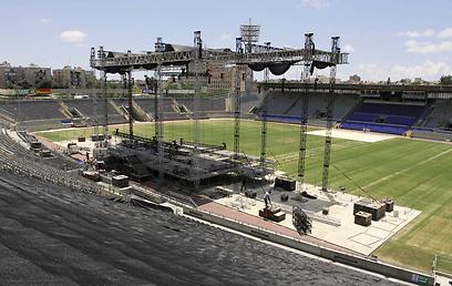 באיצטדיון בלומפילד מתכוננים להגעתה (צילום: עידו ארז)