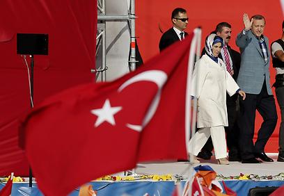 ארדואן ואשתו עולים לבמה באיסטנבול (צילום: EPA)