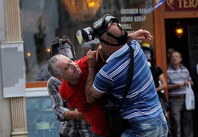 מעצר בידי סמויים ליד כיכר טקסים (צילום: רויטרס)