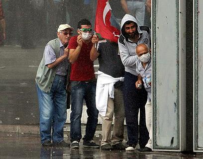 מפגינים מנסים לחזור לטקסים (צילום: AFP)
