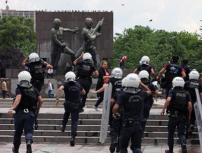 מוברחים על ידי המשטרה (צילום: AP)