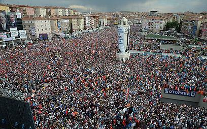 הפגנת תמיכה בארדואן באנקרה. גרמניה וצרפת חוששות מהבדלי תרבות גדולים מדי (צילום: MCT)