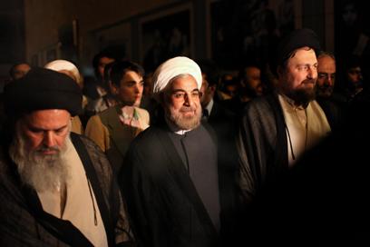 """רוחאני (במרכז) אחרי בחירתו. """"ניסיתי לעצור את הכסף ללבנון"""" (צילום: AP)"""