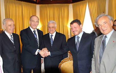 """עם אלי ויזל, המלך עבדאללה, אבו מאזן ואולמרט בפטרה (צילום: משה מילנר, לע""""מ)"""