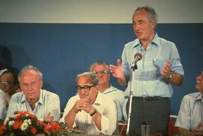 """לקראת בחירות 84'. עם יצחק נבון ורבין (צילום: יעקב סער, לע""""מ)"""