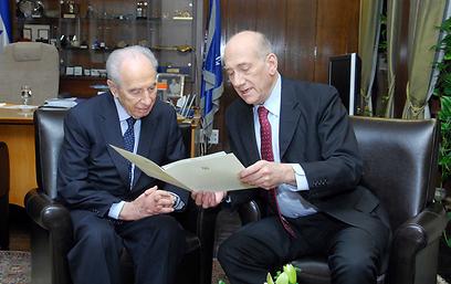 """אהוד אולמרט מגיש לנשיא פרס את מכתב ההתפטרות (צילום: אבי אוחיון, לע""""מ)"""