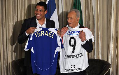 עם רונאלדו הברזילאי (צילום: AFP)