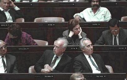 """לא חברים. פרס ורבין בכנסת, 1990 (צילום: נתן אלפרט, לע""""מ)"""