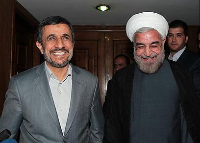 רוחאני מימין עם אחמדינג'אד. יחליף אותו בחודש הבא (צילום: AFP PHOTO / HO / IRANIAN PRESIDENCY WEBSITE)