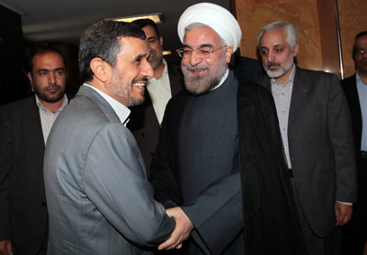 זה שבא וזה שהולך. רוחאני עם אחמדינג'אד (צילום: AFP PHOTO / HO / IRANIAN PRESIDENCY WEBSITE)