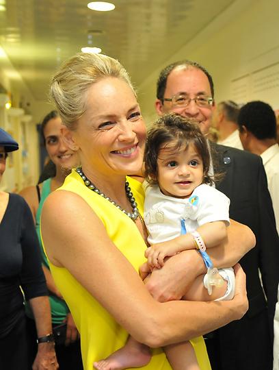 שרון סטון עם הילדים במחלקה