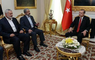 ארדואן עם ראשי חמאס בשבוע שעבר. הדלת האירופית נסגרת (צילום: AFP)