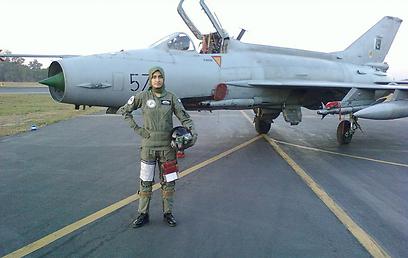 פארוק על רקע המטוס מתוצרת סין (צילום: EPA)