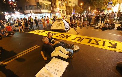 חוסמים את הכביש בתל-אביב, הערב (צילום: מוטי קמחי)