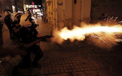 פיזור מפגינים בטורקיה. מרקל הביעה סלידה, והטורקים כועסים (צילום: EPA)