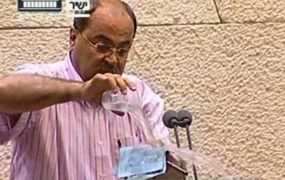 """ח""""כ טיבי שופך מים על ההצעה (צילום: באדיבות ערוץ הכנסת)"""