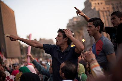 מפגינים בקהיר נגד הנשיא (צילום: AP)