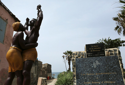 האנדרטה לזכר העבדים באי. כיום המבצר הנורא הוא מוזיאון (צילום: רויטרס)