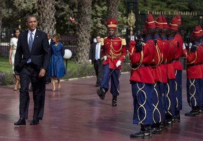 אובמה מתקבל בדקאר (צילום: AP)
