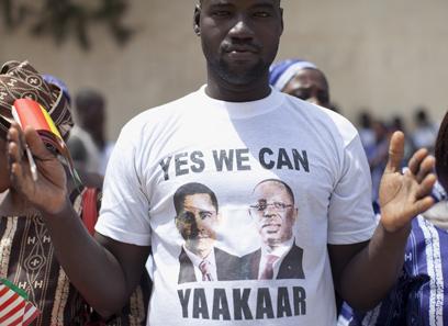 """""""כן אנחנו יכולים. תקווה"""". מעריץ עם חולצה של אובמה והנשיא סל (צילום: AP)"""