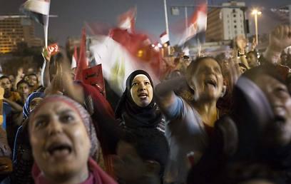 אלפים כבר יצאו לרחובות. הפגנה נגד מורסי (צילום: AP)