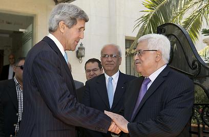 קרי ואבו מאזן בעמאן (צילום: AFP)